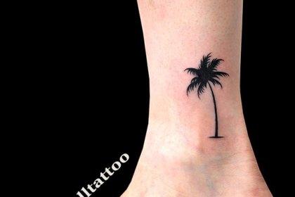 タトゥー 女性 ヤシの木