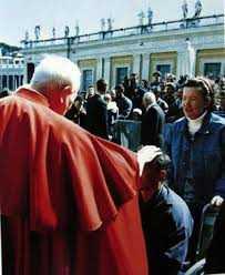 João Paulo II na Praça de São Pedro com a Vidente Vicka, quando a única posição da Igreja sobre Medjugorje era a opinião pessoal do Papa