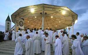 Sacerdotes na esplanada exterior de Medjugorje