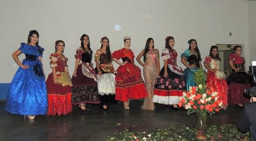 As candidatas com a Rainha e a Miss S. João.