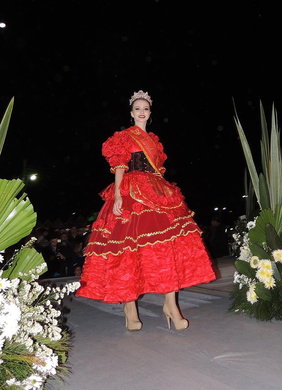 A Rainha das Rosas desfila na passarela.