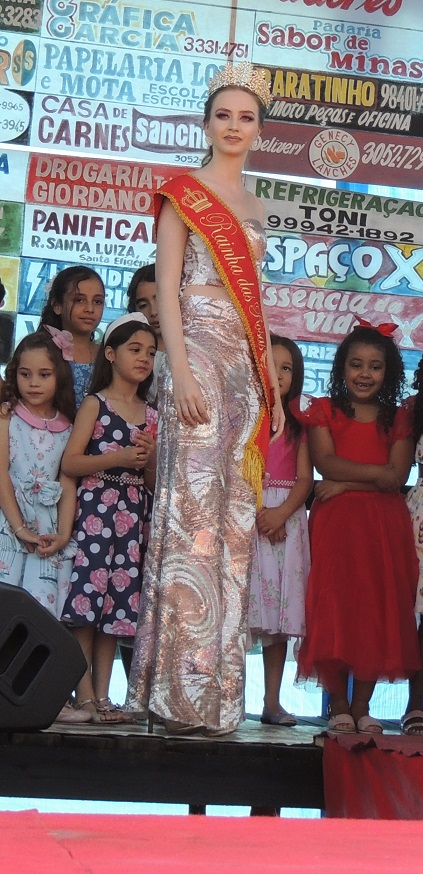 Linda no palco com as candidatas.