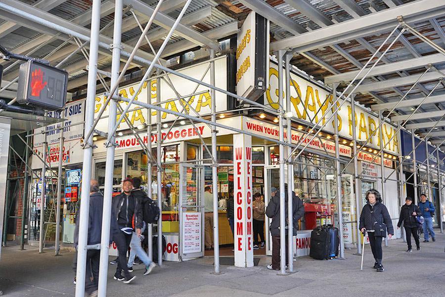Gray's Papaya 紐約平價熱狗店,24小時營業,紐約客的日常經典
