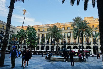 巴塞隆納 Barcelona | 皇家廣場 Plaça Reial 越夜越美麗 (高第設計街燈)