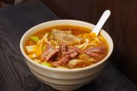 高雄原鄉牛肉拉麵,用餐時間必客滿~火車站前美食,在地人私藏的牛肉麵店!