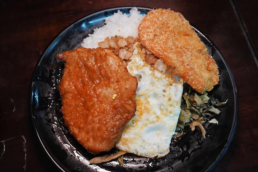 馬路益燒肉飯,澎湖超人氣古早飯便當,併雙主食才過癮~花枝排也不錯!