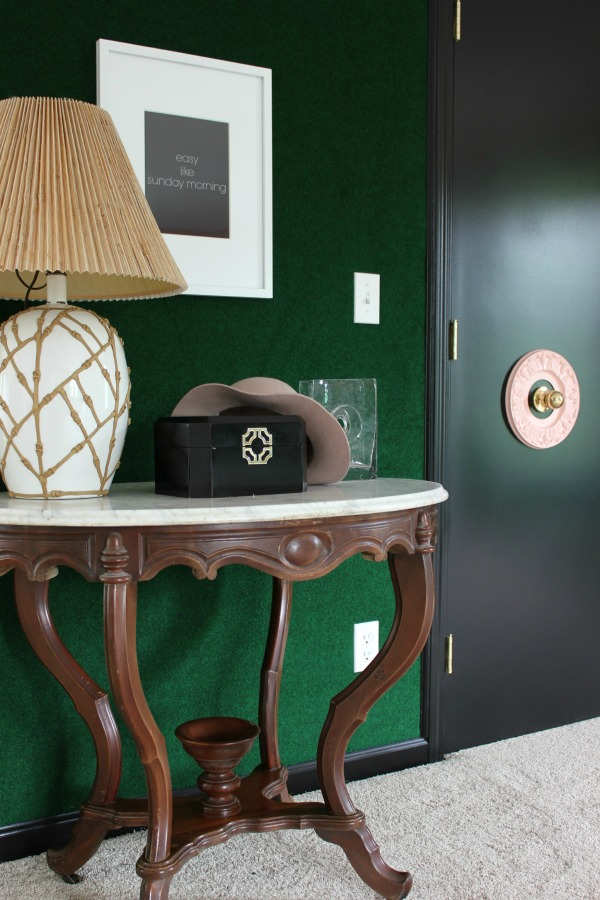easy accent wall - putting green astroturf carpet on a wall with pink accents.