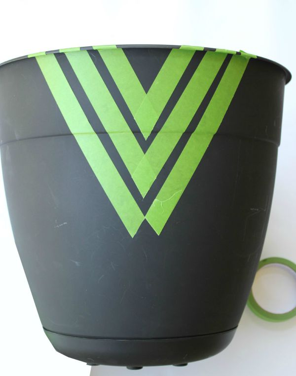 Instead of paying $50 on a planter pot, buy a cheap one and dress it up with spray paint! Easy Painted Planter Pots | Gardening | Fiddle Leaf Fig | Geometric | Painting Patterns