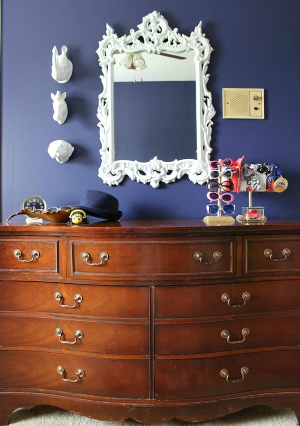 Such a perfect kid's room - not too babyish, but not too grown up. Will grow well with the child! LOVE all the color! A must-see! The 70's Landing Pad Home Tour, Part 2: The Circus' Room | Kid's Bedroom Ideas