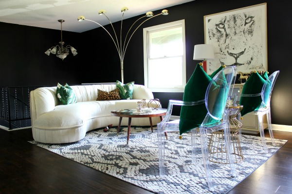 If you have popcorn ceilings and don't want to go to the trouble of removing them, this article is for you! It gives great ideas for decorating to keep the eye away from the popcorn ceiling! 6 Decorating Ideas to Distract from Popcorn Ceilings