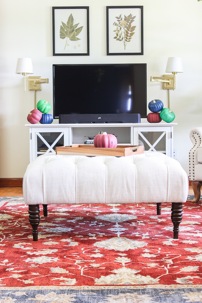 Simple Fall Decor Ideas for the Home - decorating the living room for fall.