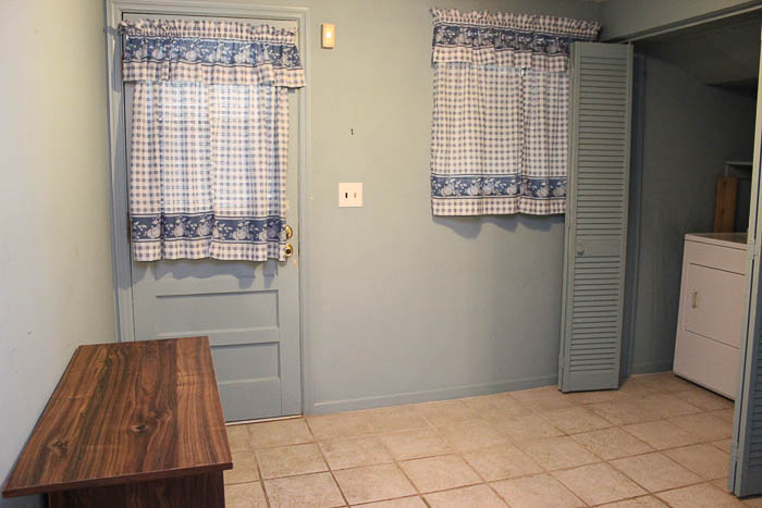 The mudroom laundry room before.