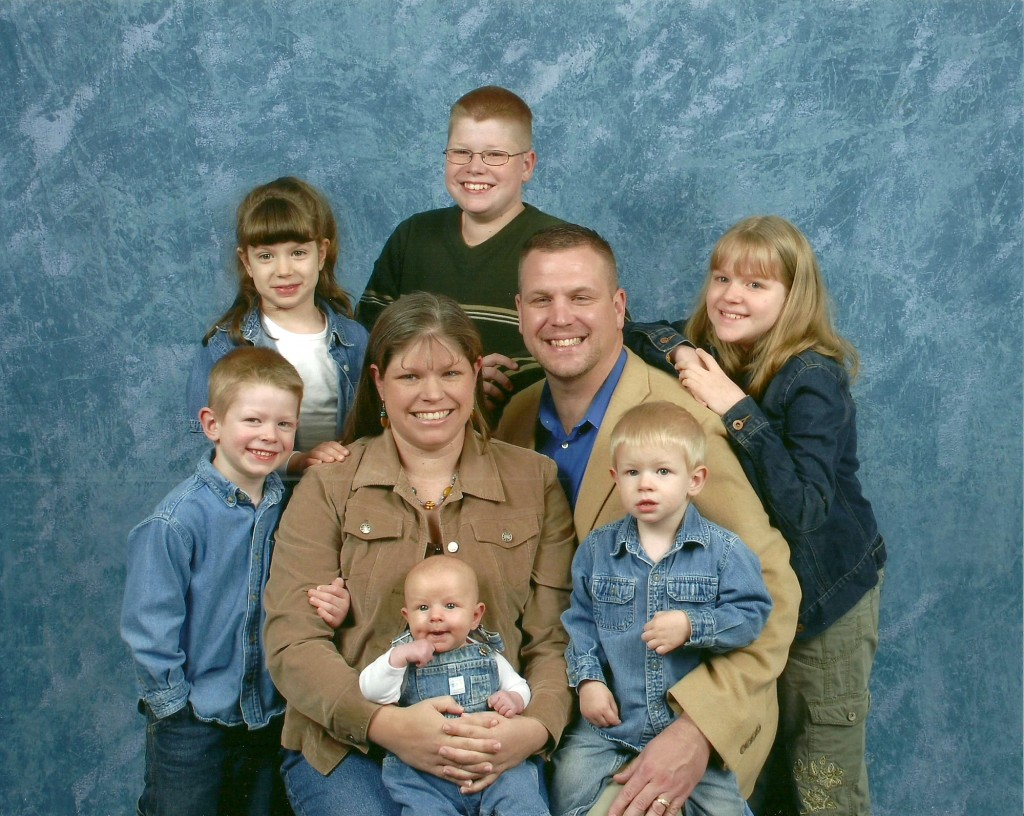 Large Family Photos - they can be stressful, comical, and downright crazy! How to get a large family photo you love! | RaisingArrows.net