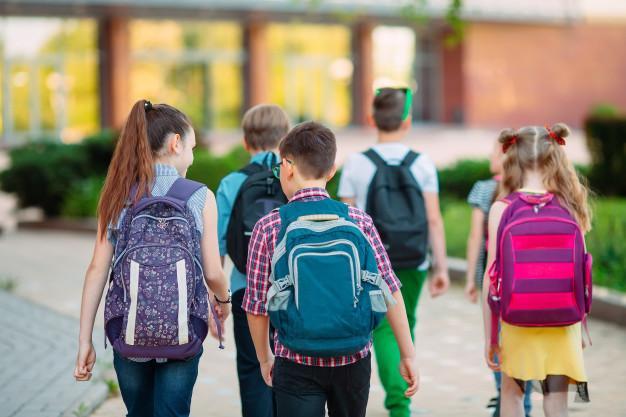 Grupa dzieci idacych razem do szkoly
