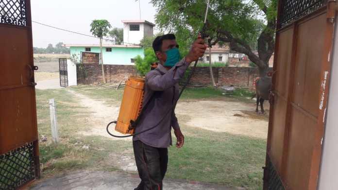 मऊ: पवनी गांव में चला सैनिटाइजेशन अभियान