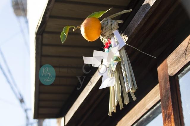 外す 松飾り 日 を しめ縄などのお正月飾りを外す時期と処分方法。七草粥の準備も忘れずに!