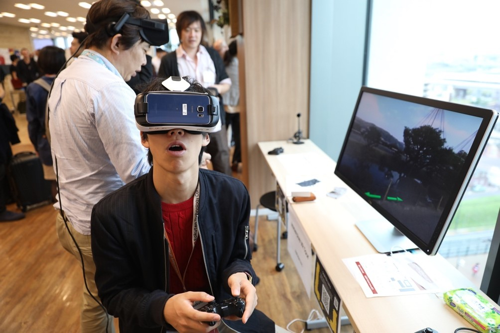 Visitors enjoy the jaw-dropping VR exhibits at Rakuten Technology Conference 2016.