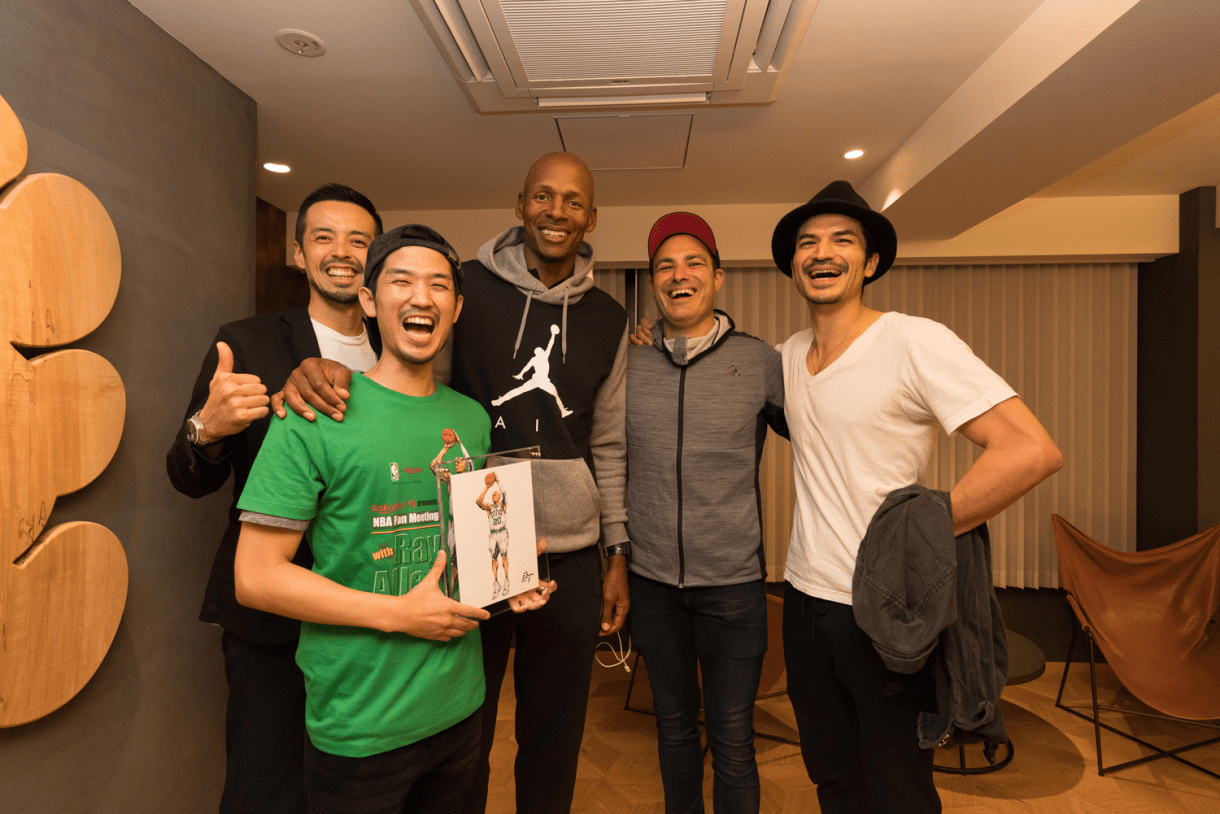 Ray Allen took time for a group selfie with NBA artist and world caricature champion Dai Tamura (second from left).