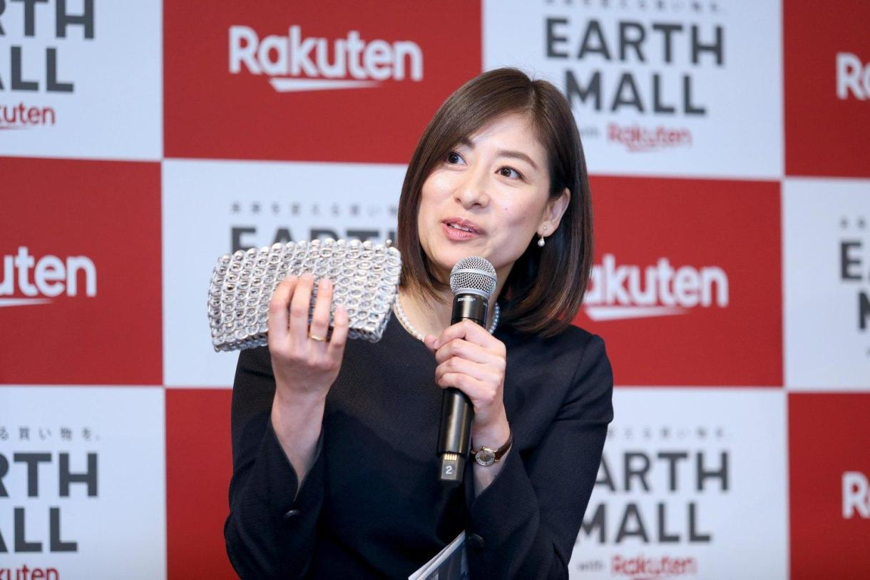 Earth Mall advisor and Ethical Association representative Rika Sueyoshi with a purse made of recycled aluminum can pull tabs.