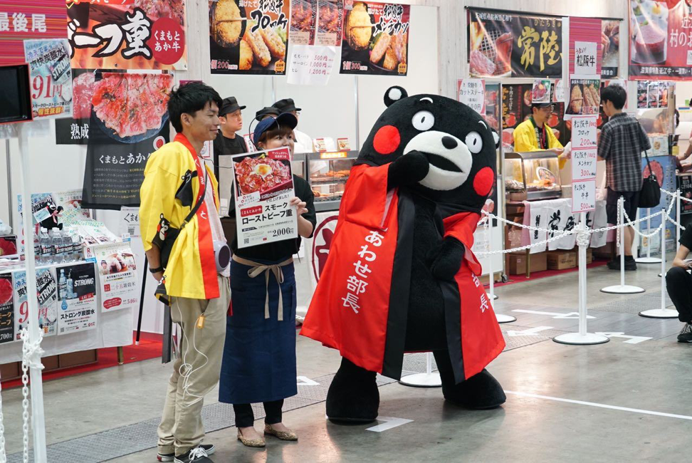 Kumamon (right) made an appearance in the exhibition hall at Rakuten Optimism, much to the delight of both merchants and customers.
