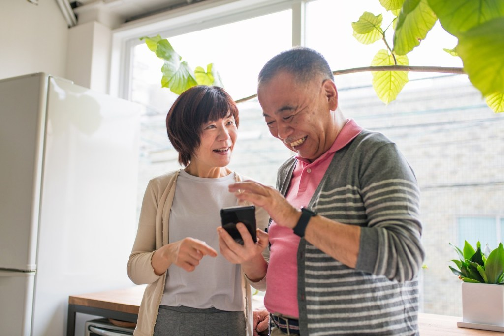 Nearly 70% of Japanese people in their 60s now have smartphones.