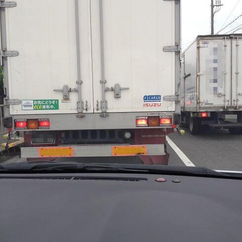前方がトラックで信号待ち