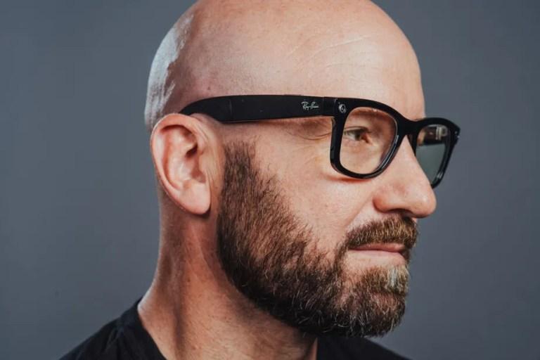 新任臉書 CTO,戴著自家與雷朋推出的智慧型眼鏡。圖片來源:The Verge。