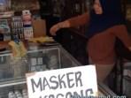 Apotek Panggabean di Kota Sibolga meletakkan kertas bertulis 'Masker Kosong' di lemari peraga. Foto: Rakyatsumut.com/ Mirwan Tanjung