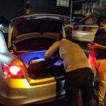Personel Polsek Sunggal lakukan pemeriksaan terhadap sejumlah kendaraan yang melintas menuju arah Kota Medan. Foto: Rakyatsumut.com/Muklis