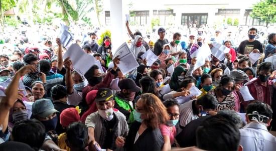 Ratusan warga berbondong datang ke Kantor Dinas Sosial Kota Medan mendaftarkan diri sebagai penerima Bantuan Sosial Tunai (BST). Foto: Istimewa