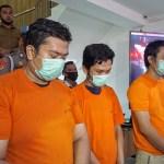 Ketua geng motor Ezto dan dua anggotanya saat dihadirkan dalam paparan di Mapolrestabes Medan. Foto: Istimewa