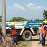 PLN Lakukan perbaikan tiang listrik di Desa Sigama ujung Gading. Foto: Rakyatsumut.com/ Rifai Dalimunthe