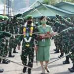 Danrem 023/KS Kolonel Inf Fabriel Buyung Sikumbang bersama Ketua Persit KCK Koorcabrem 023 PD I/BB disambut dengan Pedang Pora. Foto: istimewa