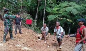Seorang personel TNI Kodim 0211/TT bersama masyarakat Desa Siantar C, Sosorgadong, Tapteng. Foto: Istimewa
