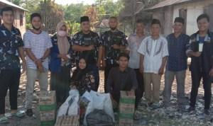 DPD SATMA AMPI Kabupaten Paluta saat serahkan tali asih kepada korban kebakaran. Foto: Rakyatsumut.com/ Rifai Dalimunthe.