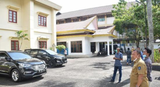 Wali Kota Sibolga Jamaluddin Pohan bersama Sekda Yusuf Batubara saat mencek rumah dinas wali kota. Foto: istimewa
