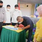 Bupati Tapanuli Tengah, Bakhtiar Ahmad Sibarani saat menandatangani komitmen bersama upaya percepatan pencegahan Stunting. Foto: istimewa