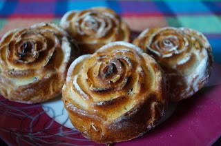 Muffins delicioase in forma de trandafiri, cu unt de arahide si chipsuri de ciocolata