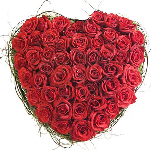 Aranjament floral in forma de inima din trandafiri