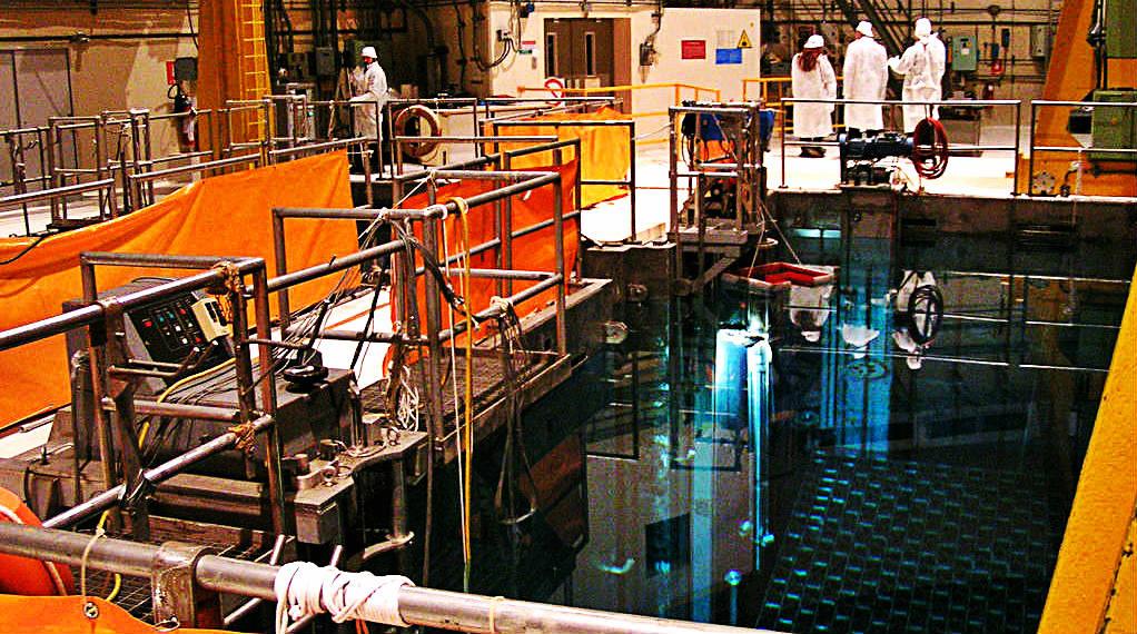 La piscina contenente le barre radioattive dentro la centrale nucleare di Caorso