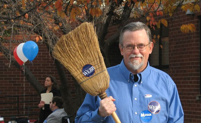 Ai seggi con una scopa per spazzare via Bush