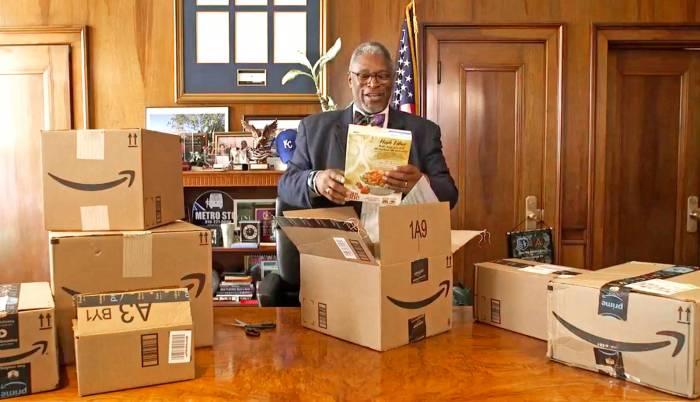 Il sindaco di Kansas City, Sly James, con alcuni dei prodotti acquistati su Amazon per sostenere la candidatura della sua città a sede del secondo quartier generale del colosso del commercio elettronico