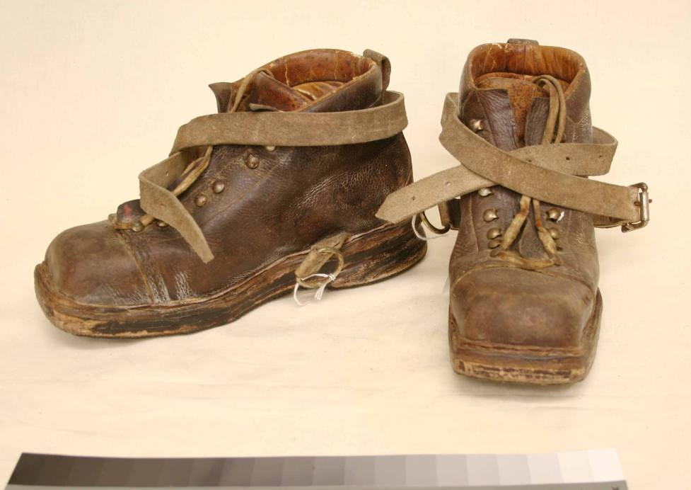 נעלי הסקי העתיקות