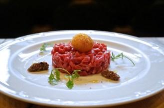 BATTUTA DI MANZO AL COLTELLO olive itrane, acciughe, scalogno, capperi di pantelleria e prezzemolo_Ph DorianaTorriero