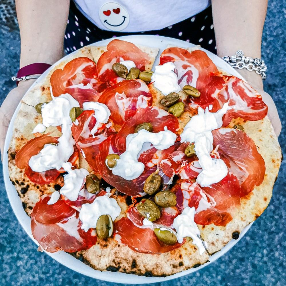 pizza bufala, olive e capocollo di Favilla Roma
