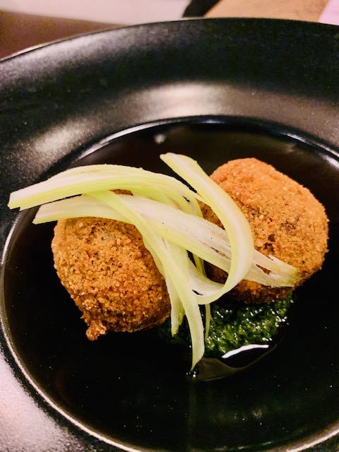 Polpette di bollito fritte con salsa verde e sedano croccante