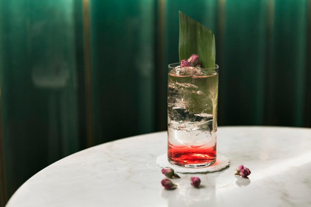Cocktail Salomè - gin, liquore ai fiori di sambuco, succo di lime, H.M. sciroppo tè verde, H.M. Bitter fiori di rosa e chiodi di garofano, prosecco