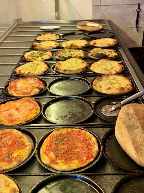 i padellini delle pizze di Amerina la Pizzetta a Roma