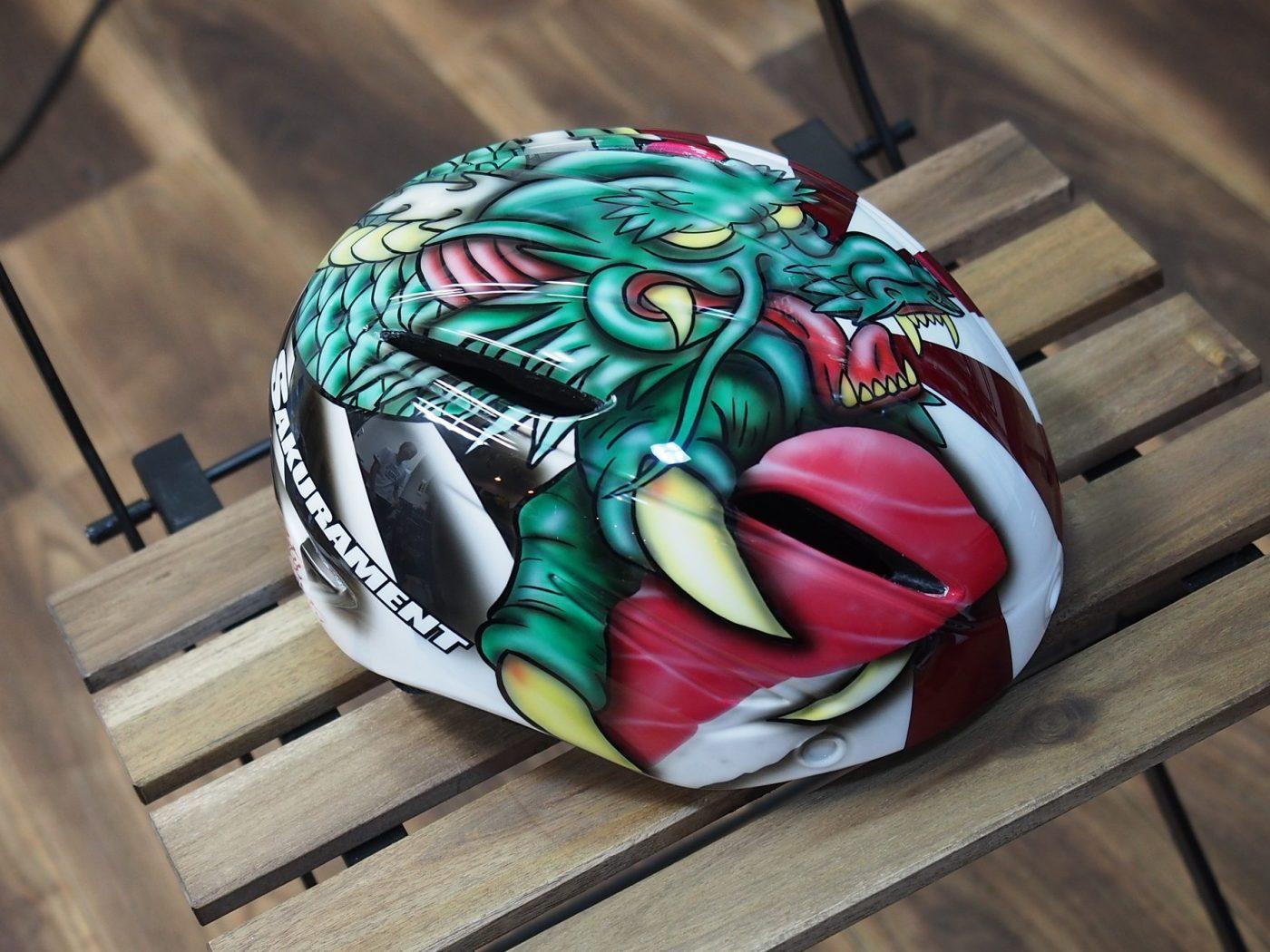 モチーフのドラゴンが握るのはマリノの大好物『赤身/中トロ』!サイドには盟友クニヒロスズキ率いるショップ『サクラメント』のロゴ入り