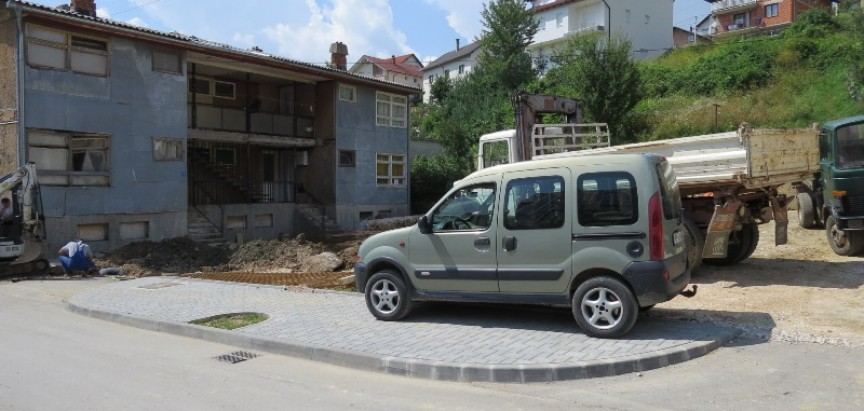 FOTO: Uređuju se parteri i parking prostori u Prozoru